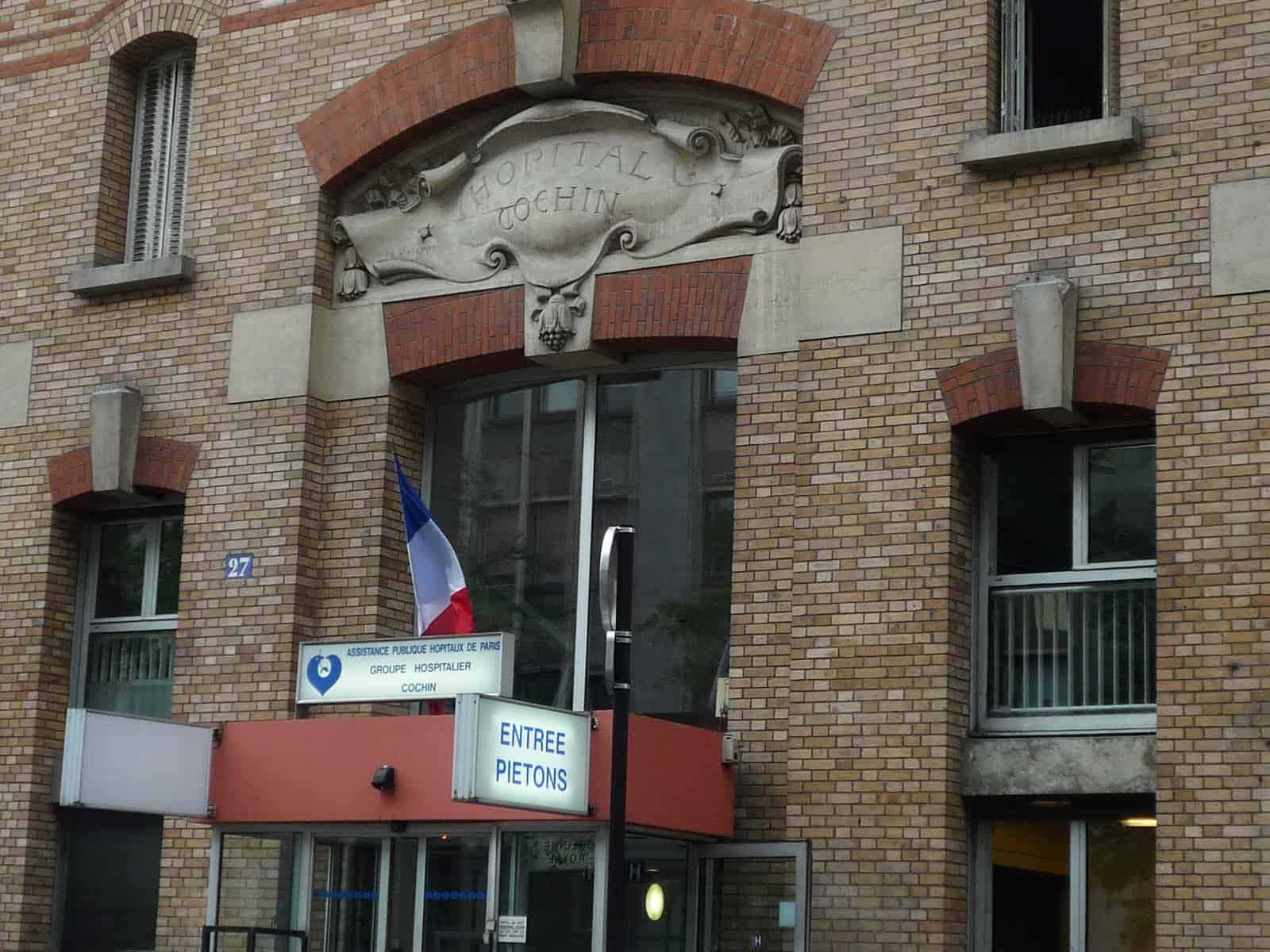 """Samedi 15 février, une femme de 61 ans est arrivée aux urgences de l'hôpital Cochin à Paris aux environs de 16h30. Elle souffrait d'une blessure au pied. L'Assistance publique – hôpitaux de Paris (AP-HP)précise que la patiente a été """"conduite aux urgences par les pompiers"""" à la suite d'une """"chute sans signe de gravité"""". Une […]"""