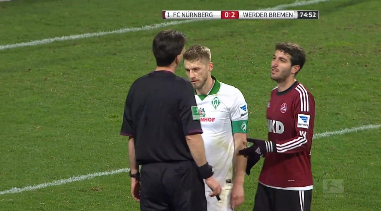 Aaron Hunt, du Werder de Brême, refusant un penalty de l'arbitre