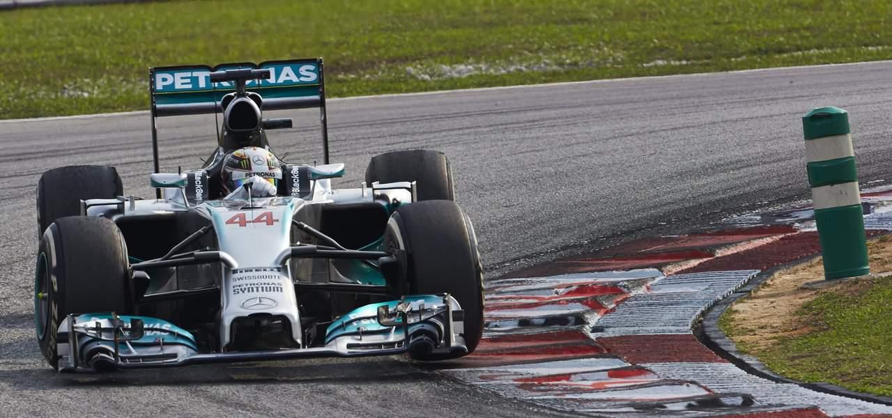 Lewis Hamilton a réalisé la course parfaite. Jamais l'Anglais n'a fait la moindre erreur, ce qui lui permet, sur la ligne d'arrivée, de devancer son équipier Nico Rosberg et le Champion du Monde en titre, Sébastian Vettel. Au départ, Vettel, second sur la grille, a bien essayé de brider le départ des flèches d'argent. Nico […]