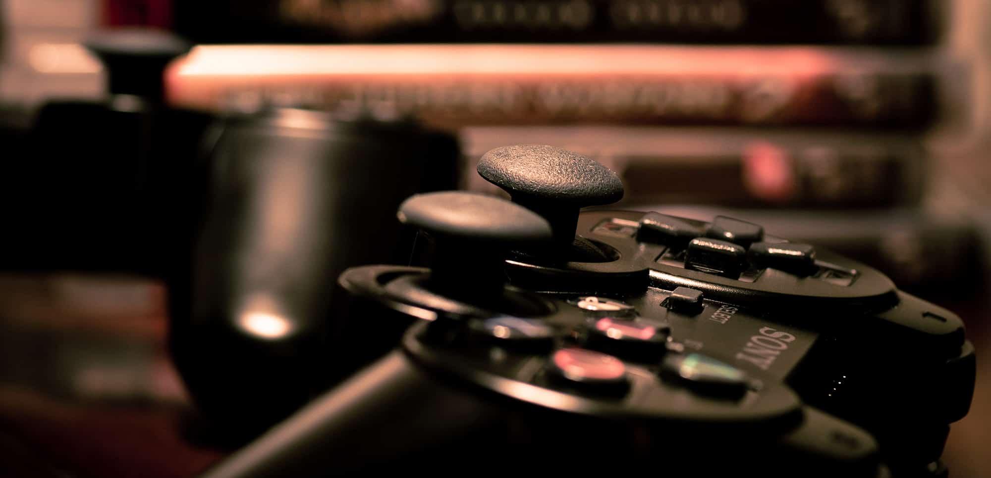 La manette d'une console Sony PlayStation. (photo d'illustration)