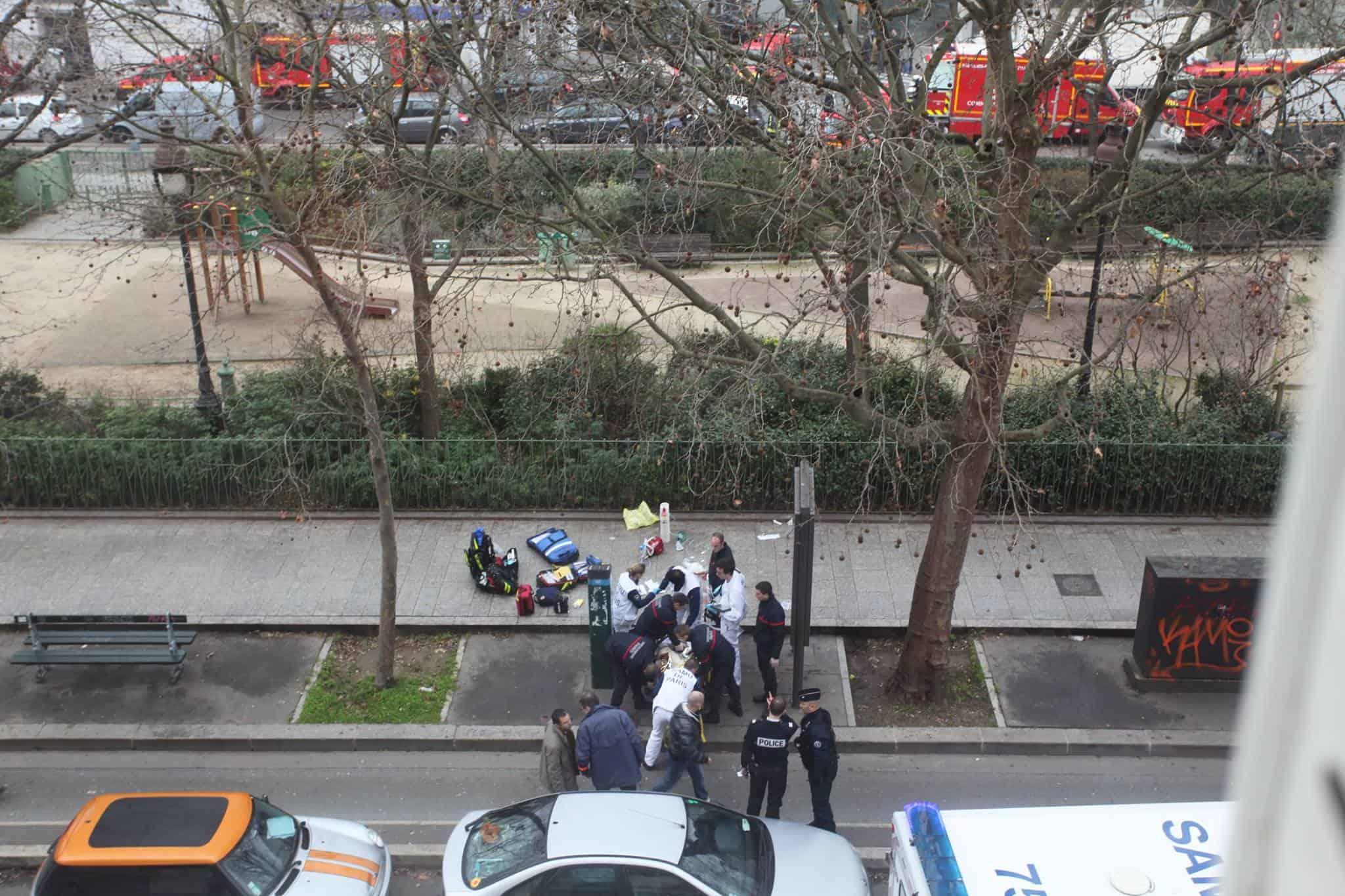 Des secours viennent en aide à des blessés par les auteurs de l'attaque contre Charlie Hebdo