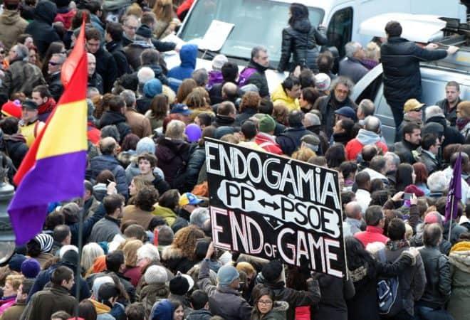 """Des manifestants lors de la """"Marche du changement"""" organisé par le parti d'extrême gauche Podemos dans les rues de Madrid, le 31 janvier 2015"""