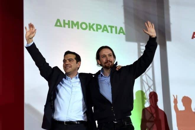 Le leader du parti antilibéral espagnol Podemos, Pablo Iglesias (d), et le leader du parti de la gauche radicale Syriza, Alexis Tspiras, le 22 janvier 2015 à Athènes