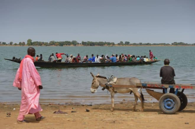 Des habitants traversent le fleuve Niger en bateau, le 22 janvier 2013, à Ségou, à 240 km au nord de Bamako