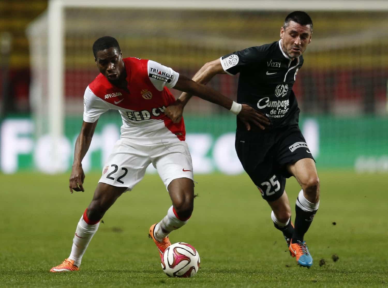 Le milieu défensif de Monaco Geoffrey Kondogbia (g) face à Caen, le 22 novembre 2015 au Stade Louis-II