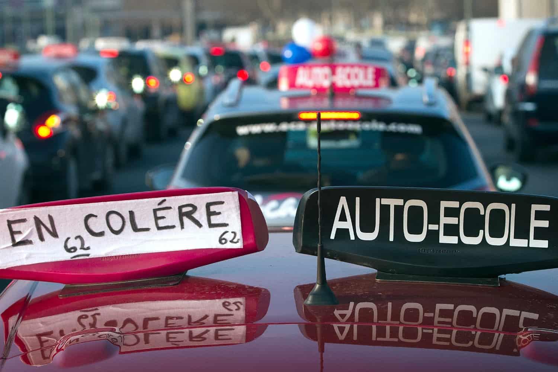 Les gérants d'auto-école ont organisé une opération escargot à Paris