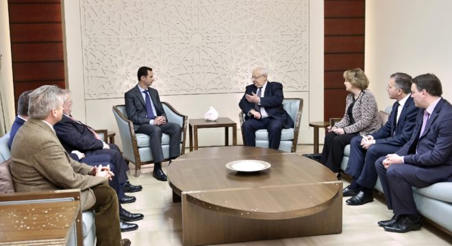 Photo fournie le 25 février 2015 par l'agence syrienne Sana montrant le président syrien Bachar al-Assad ( au centre gauche) discutant avec le sénateur français Jean-Pierre Vial ( au centre droit) et d'autres parlementaires français à Damas