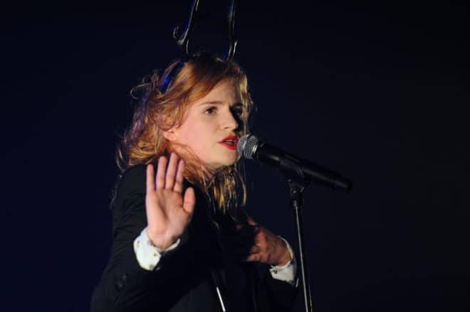 La chanteuse de Christine and the Queens sur scène aux Francofolies de la Rochelle le 12 juillet 2012