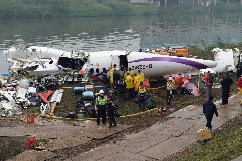 Les secours de Taïwan autour des débris de l'appareil