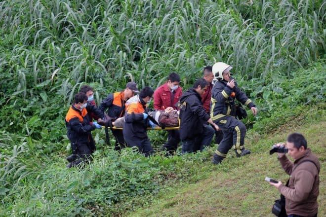 Un survivant du crash de l'avion à Taïwan évacué par les secours
