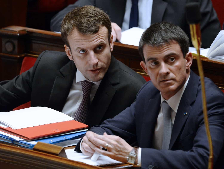 Le ministre de l'Economie Emmanuel Macron et le Premier ministre Manuel Valls à l'Assemblée nationale le 14 février 2015 à Paris