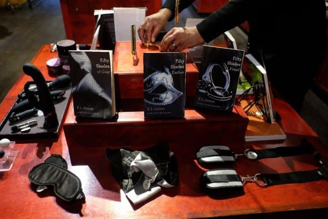"""Un sex-shop Babeland à New York avec une table en vue de la sortie du film """"Cinquante nuances de Grey"""""""