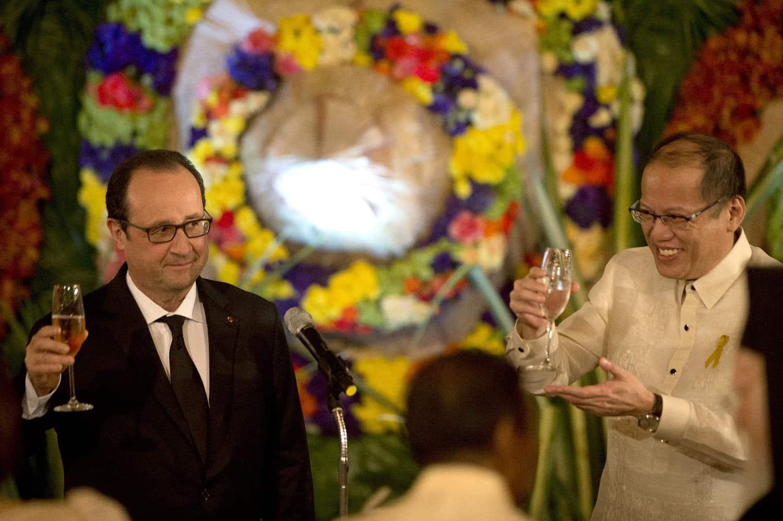 Les présidents français François Hollande et philippine Benigno Aquino le 26 février 2015 au palais Malacanang à Manille