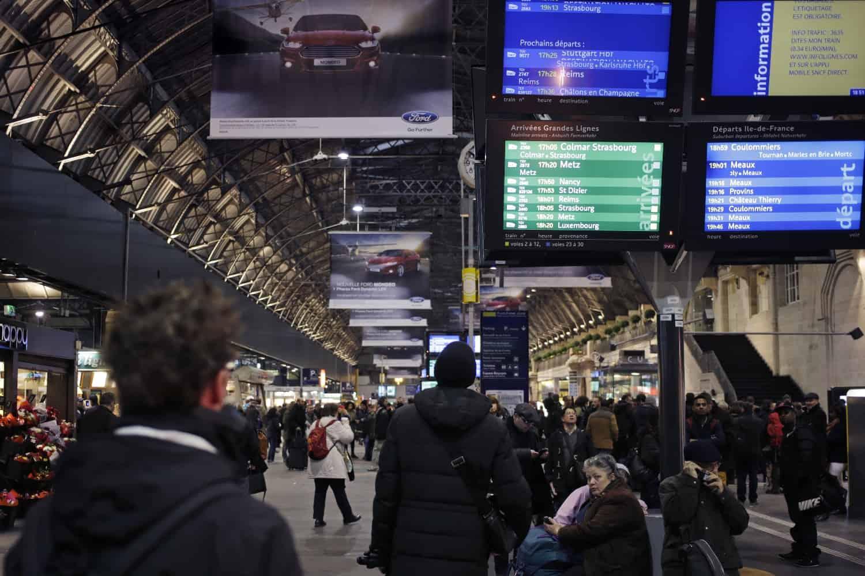 Des panneaux d'information à la gare de l'Est, à Paris, pendant l'interruption du trafic le 17 février 2015 en raison de la découverte d'une bombe datant de la Seconde Guerre mondiale à Noisy-le-Sec