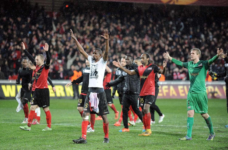 Les joueurs de Guingamp communient avec leur public, à l'issue du match remporté face au Dynamo Kiev en Europa League, le 19 février 2015 au stade du Roudourou