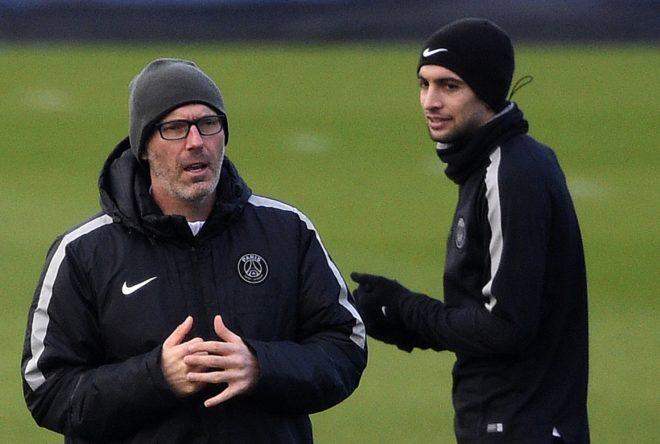 L'entraîneur Laurent Blanc et le milieu de terrain Javier Pastore lors de l'entraînement le 16 février 2015 à Saint-Germain-en-Laye