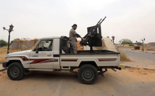 Des membres de l'armée lybienne formant la brigade Diraa al-Gharbiya avec leurs armes à l'entrée de Tripoli le 19 mai 2014