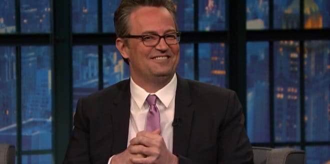 "Matthew Perry dans l'émission ""Late Night with Seth Meyers"" en 2015"