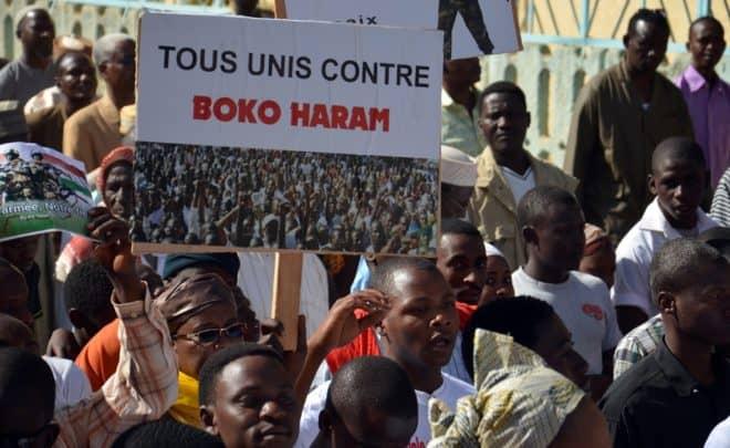 Une personne tient une pancarte contre Boko Haram lors de la manifestation organisée le 17 février 2015 à Niamey