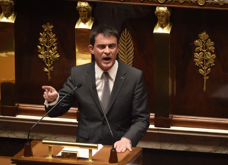Le Premier ministre Manuel Valls prononce son discours de réponse à la motion de censure portée par la droite et le centre à l'Assemblée nationale, le 19 février 2015