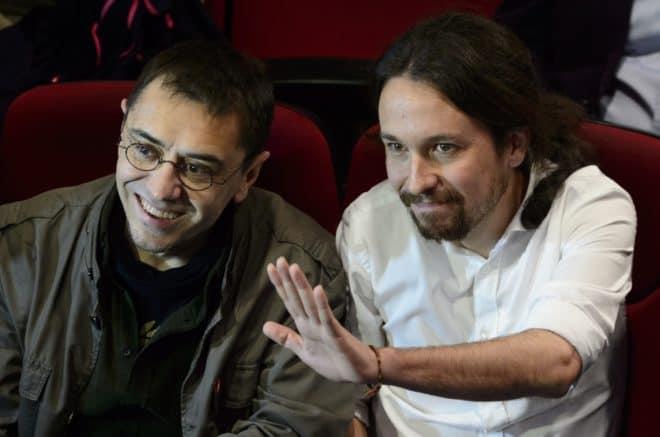 es dirigeants de Podemos, Pablo Iglesias (d) et Juan Carlos Monedero, le 15 novembre 2014 à Madrid