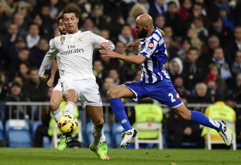 L'attaquant du Real Madrid Cristiano Ronaldo (g) avec le défenseur du Deportivo La Corogne lors du match de Liga au stade Santiago Bernabeu, le 14 février 2015
