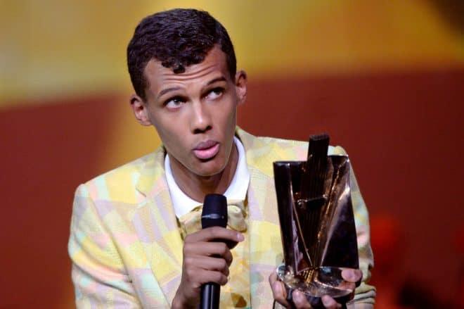 Le chanteur belge Paul Van Haver, alias Stromae, montre sa récompense aux Victoires de la musique le 14 février 2014