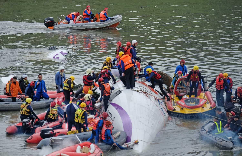 A Taïwan, les secours s'affairent autour des décombres de l'avion pour tenter de retrouver des survivants après le crash