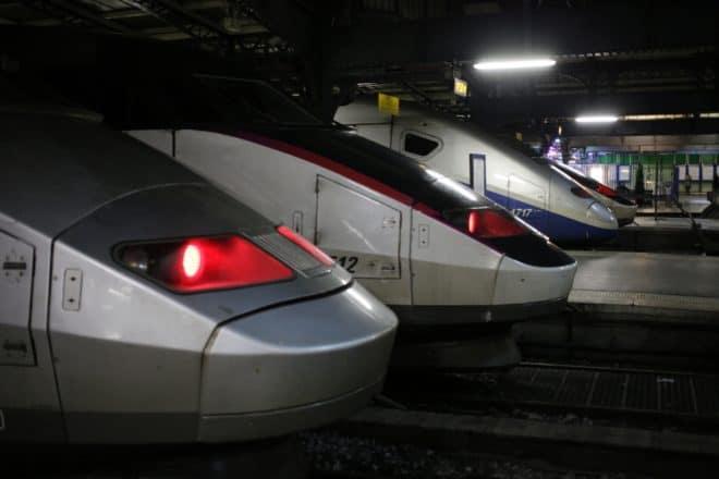 Des trains sont bloqués à la gare de l'Est, à Paris, pendant l'interruption du trafic le 17 février 2015 en raison de la découverte d'une bombe datant de la Seconde Guerre mondiale à Noisy-le-Sec