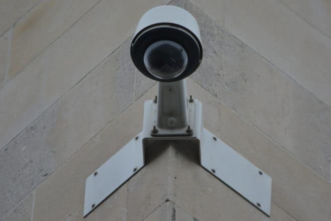 Une caméra de sécurité en ville