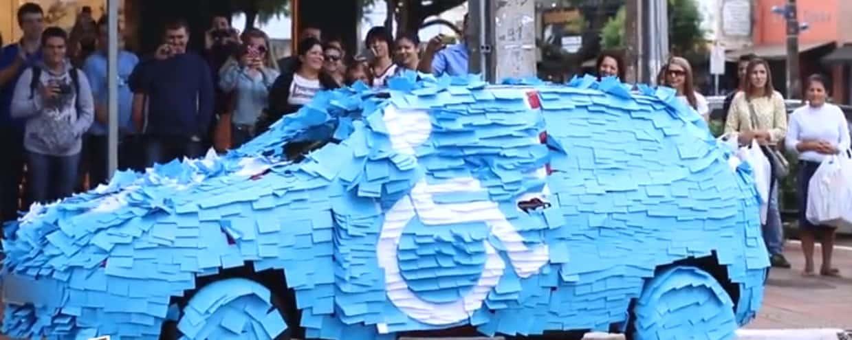 Un automobiliste brésilien garé sur une place handicapée, sa voiture est recouverte de post-it. Capture d'écran.