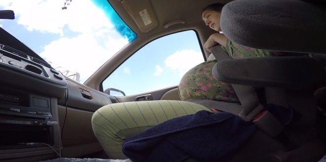 Accouchement dans une voiture. Capture d'écran.