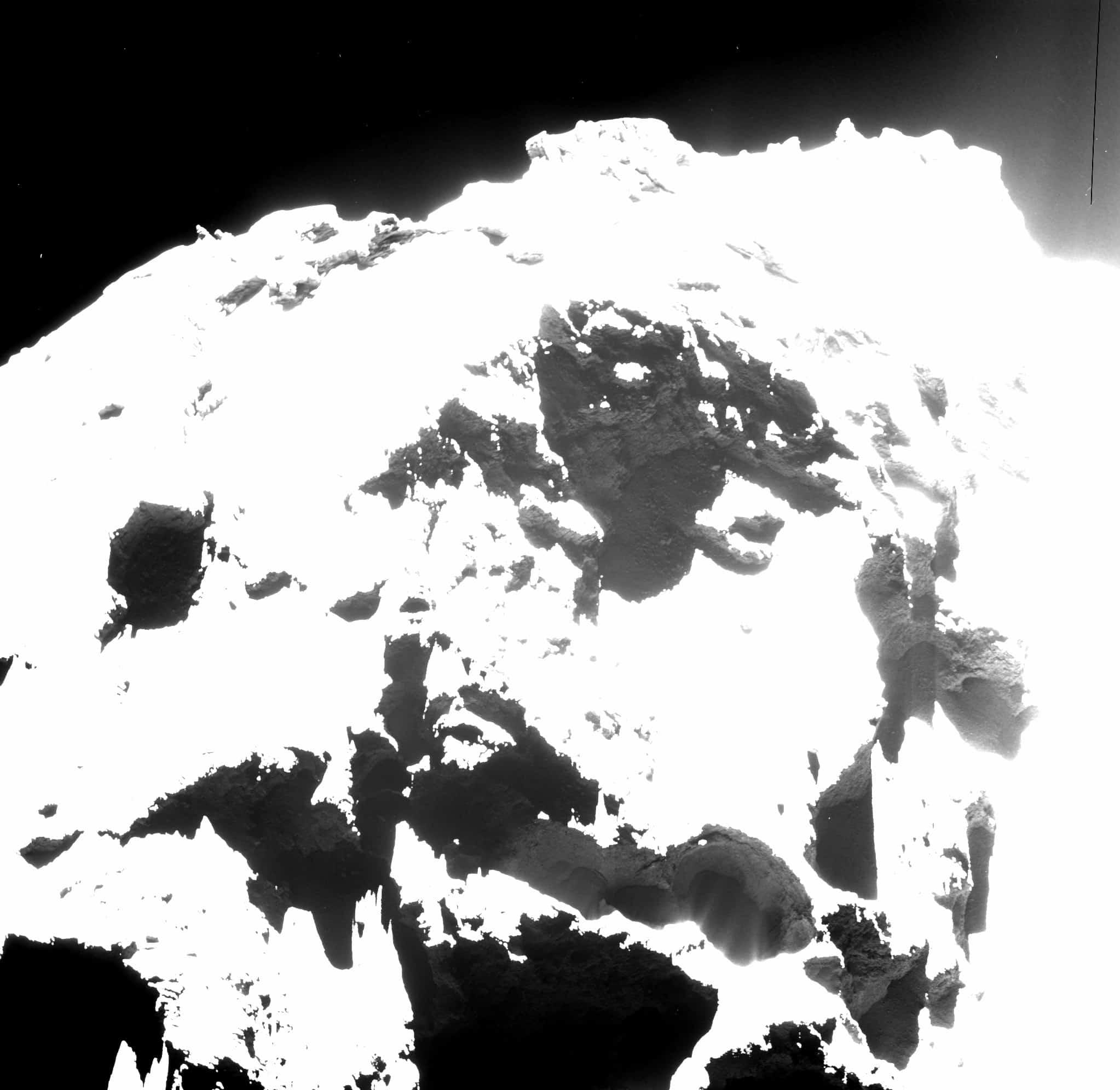 L'un des puits actifs de Tchouri, photographié par la sonde Rosetta.
