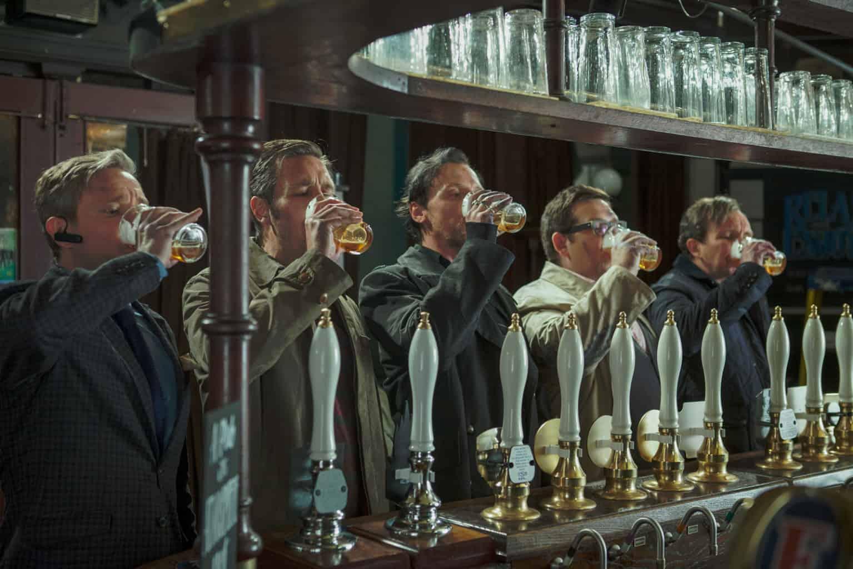 Les héros du Dernier Pub avant la Fin du monde, devant une bière.