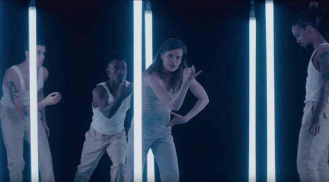 Christine and the Queens dans le clip No Harm is Done.