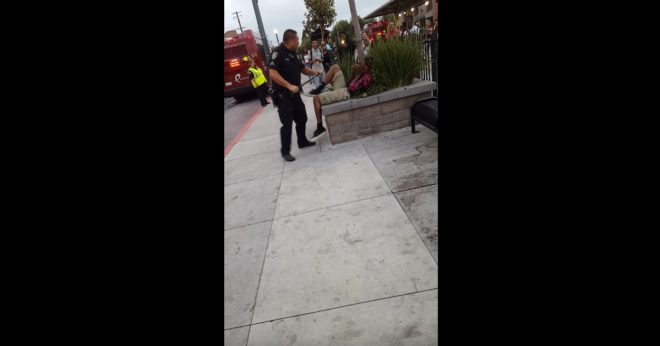 Policier de Stockton (États-Unis) frappant un adolescent