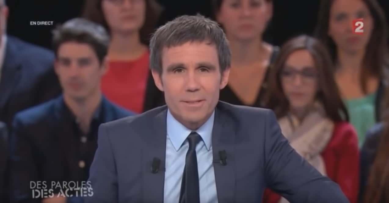 """Davis Pujadas à la présentation de l'émission """"Des paroles et des actes"""" sur France 2"""