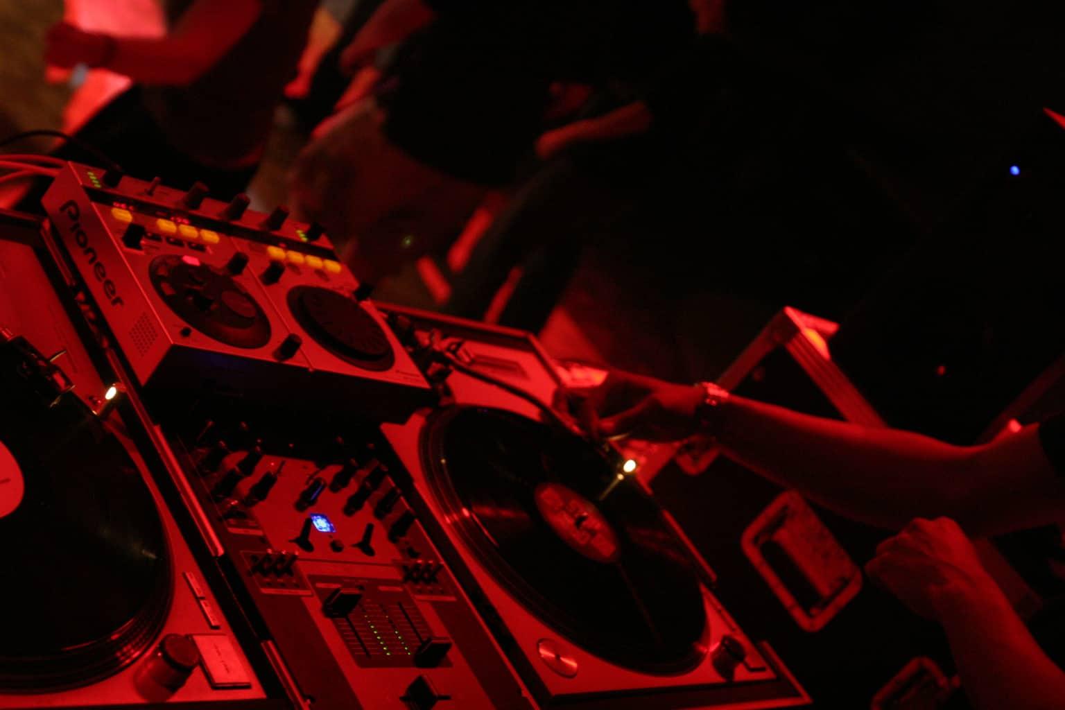 Un DJ aux platines pendant une soirée électro (Illustration).