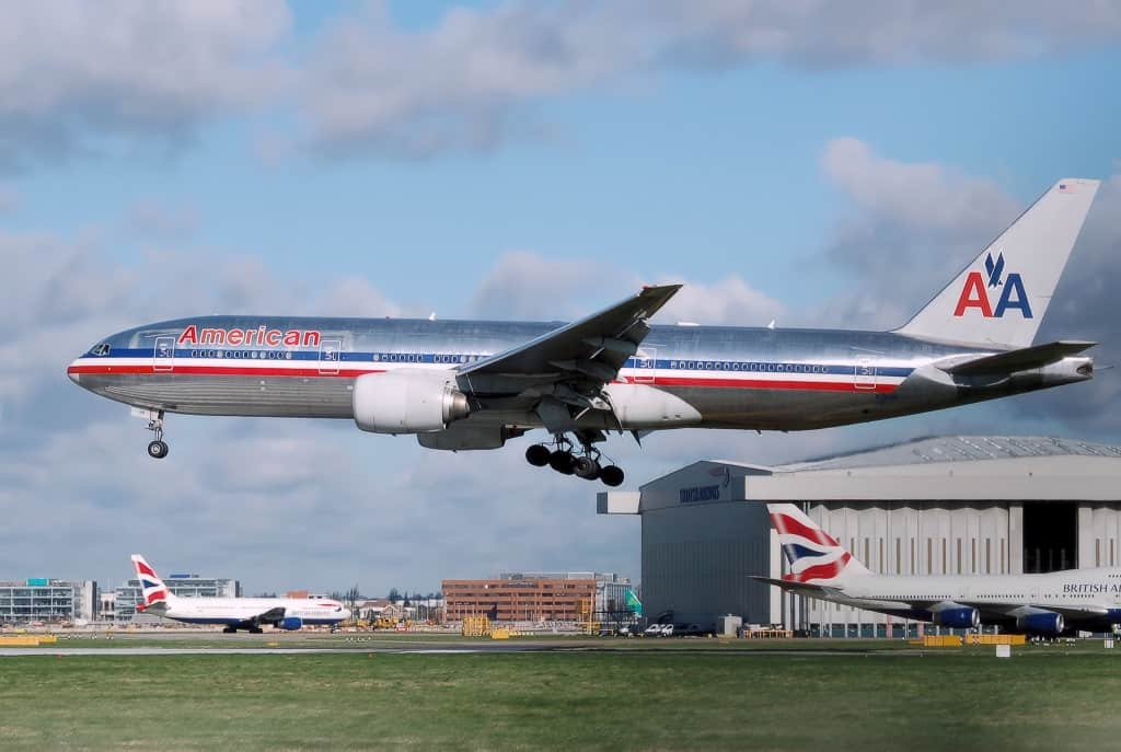 Un Boeing 777 d'American Airlines atterrissant sur l'aéroport d'Heathrow