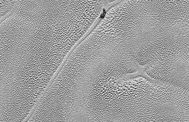 Sur la droite, la croix de Pluton.