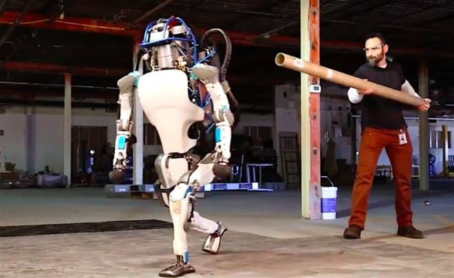 Le robot Atlas de Boston Dynamics frappé par un employé