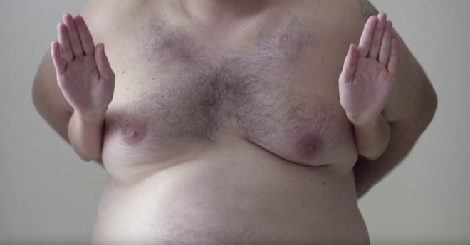 "Campagne ""Man boobs for boobs"" de l'association MACMA"