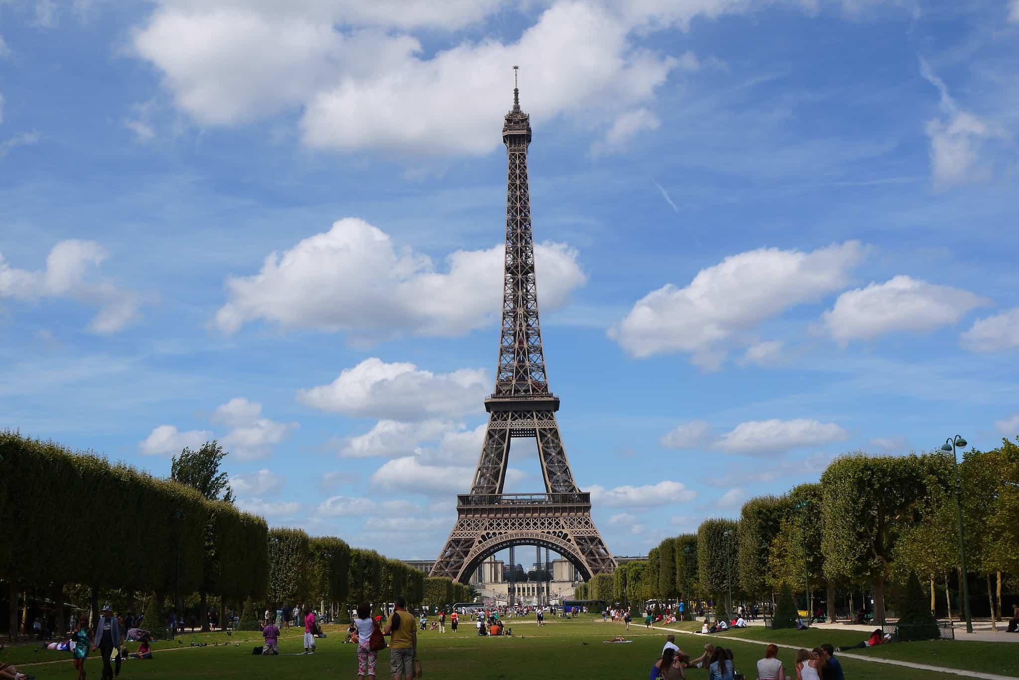 Quelques touristes devant la tour Eiffel.