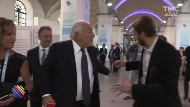 "Dominique Strauss-Kahn jette le micro d'un journaliste de ""Quotidien"""