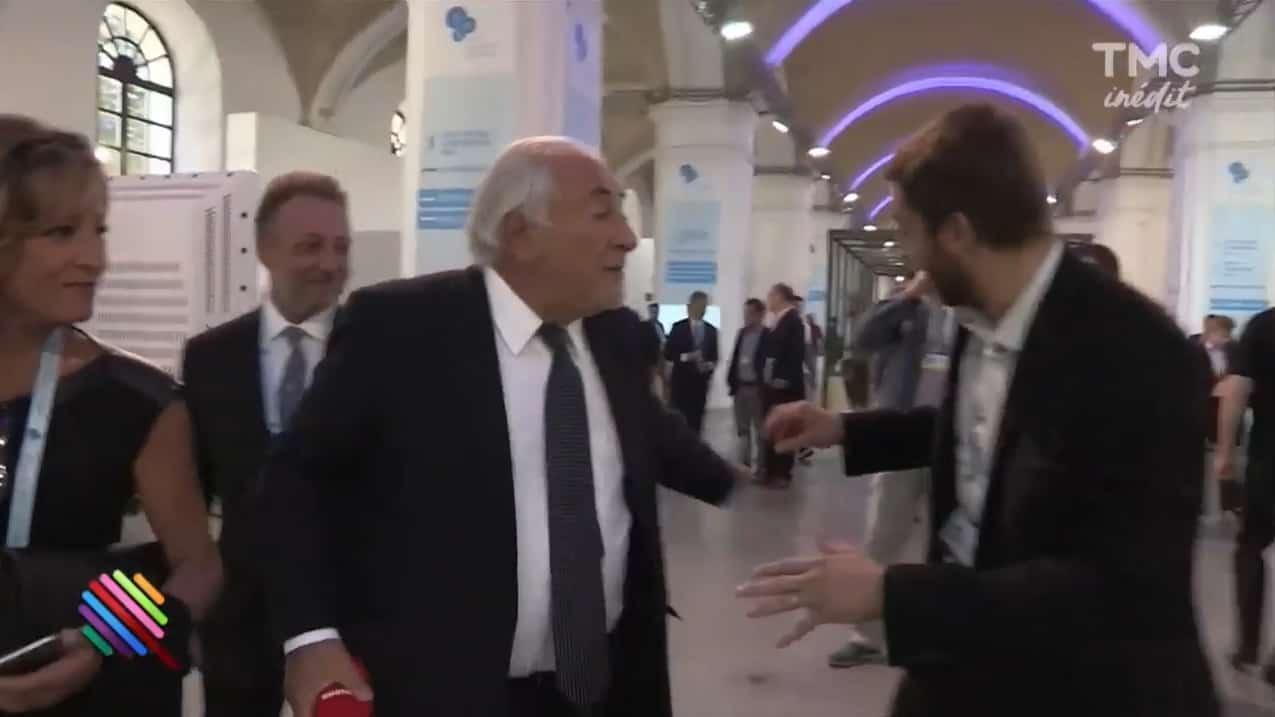 """Dominique Strauss-Kahn jette le micro d'un journaliste de """"Quotidien"""""""