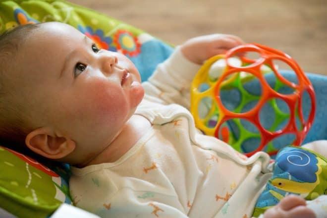Un bébé et son jouet en plastique