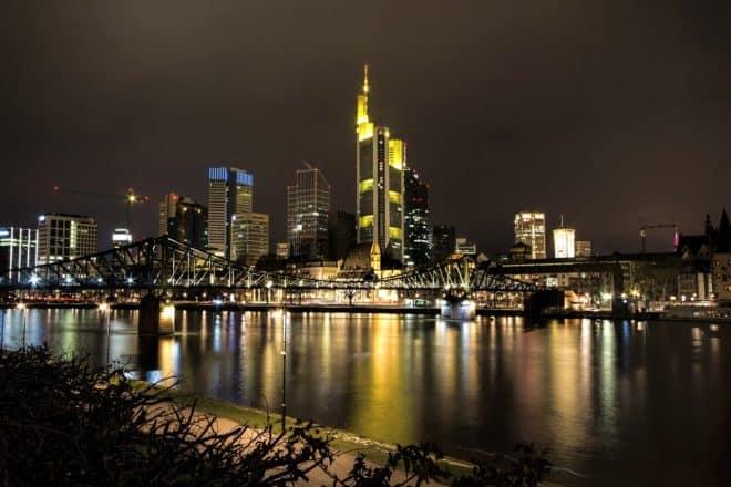 La ville allemande de Francfort de nuit