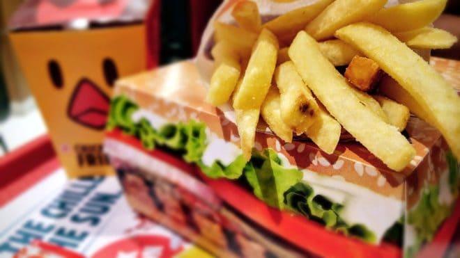Hamburger, frites, un menu de fast-food. Photo d'illustration.