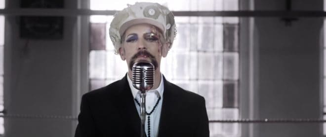 """Boy George dans son clip """"King Of Everything"""""""