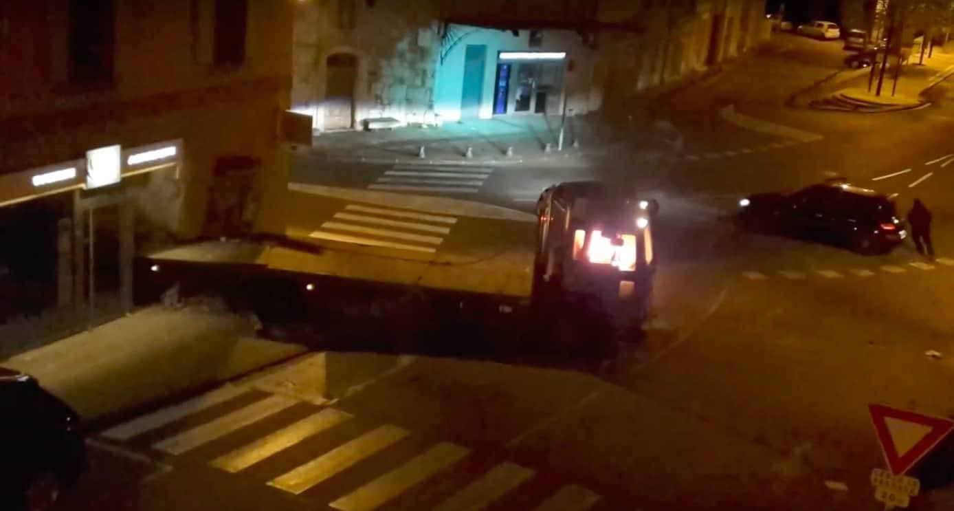 Le camion-bélier en flamme encastré dans la banque